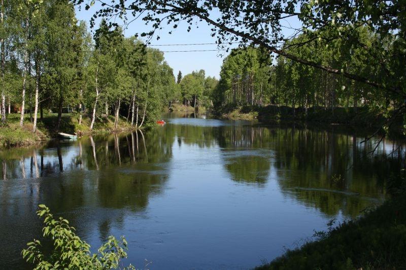 Jänisjoki Värtsilän sillalta kuvattuna.