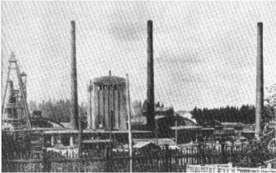 Suoturpeella käyvä masuuni kuvassa keskellä 1920-luvulla.   Kuva: Museovirasto.