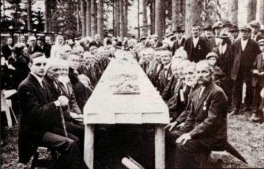 Tehtaan 100 vuotisjuhlat maaliskuussa 1934. Pöydän päässä vasemmalla toimitusjohtaja Wahlforss. (Kuvan om. Veikko Rouvinen)