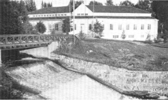Wärtsilä yhtiön tehtaankonttori kosken äärellä Värtsilässä.
